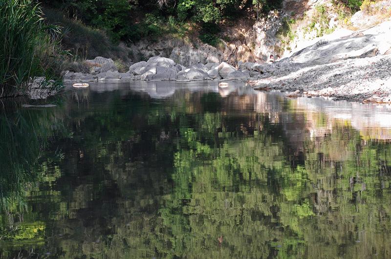 Oltre i sassi la parte del fiume con l'acqua alta dove si possono fare i tuffi